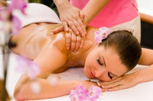 Junge Frau bekommt eine l-Massage